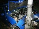 Muž ve Vysočanské ulici ujížděl před policisty, naboural do sloupu veřejného...