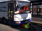 Pracovn�ci odtahov� slu�by p�ipravuj� vrak autobusu na odtah