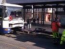Pracovn�ci odtahov� slu�by p�ipravuj� autobus na odtah