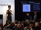 Modelka předvádí diamant Pink Star během středeční dražby (13. listopadu)