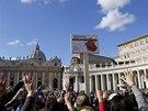 Papež při nedělní mši před věřícími vytáhl krabičku s léky a řekl jim, že má