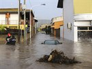Sardinii zasáhly bleskové povodně. Na snímku zaplavené ulice města Uras (19....