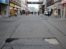 Zatímco jinde by vstupní ulice do centra města byla výstavní pěší zónou, v Ostravě je spíše pro ostudu. (11. listopadu 2013)