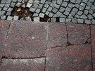 """Jeden z důkazů """"kvality"""" položené dlažby a kostek na ulici 28. října. (11."""