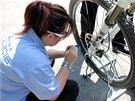 """Městská policistka značí jízdní kolo """"neviditelným"""" nátěrem."""
