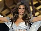 Modelka Alessandra Ambrosio na přehlídce prádla Victoria's Secret v New Yorku v...