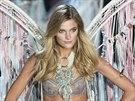"""Modelka Constance Jablonski v sexy prádle s andělskými křídly, neboli """"anděl s..."""
