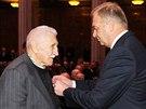 Ministr obrany Vlastimil Picek vyznamenal Záslužným křížem Vlastimíra Medka,...