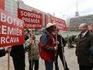 Bohuslav Sobotka s demonstranty, kteří ho přišli podpořit před jednáním...