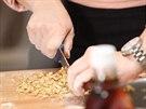 Ořechy nasekejte nožem