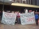 Demonstrace před pražským hotelem Olšanka na podporu předsedy ČSSD Bohuslava...