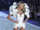 Andělsky, ale přitom sexy, působí bílé prádlo na šestadvacetileté modelce...