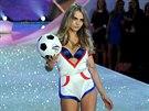 """Oblíbená modelka Cara Delevingne předvedla """"sportovní model"""" prádla, který..."""