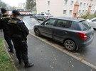 Auto ženy, kterou útočník popálil žiravinou, odvezla odtahová služba.
