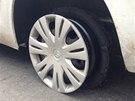 Policista prostřelil ujíždějícímu vozu levou zadní pneumatiku..