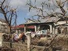 Obrázek zkázy z města Daanbantayan na samém severu provincie Cebu. Záchranáři s...