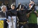 Pětiletý Miles Scott v oblečku malého Batmana pózuje po závodě před radnicí,