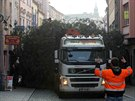 Převoz olomouckého vánočního stromu přes centrum města na Horní náměstí. Jde o...