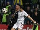 Olomoucký fotbalista Martin Doležal bojuje s Mariem Holkem ze Sparty.