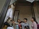Filipínci se v neděli sešli na mši. Dokonce i ve zničených kostelech v