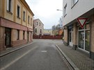 Dívka přecházela Poděbradovu ulici v Náchodě a přejel ji přívěsný vozík. V...