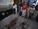Děti a mladíci si prohlížejí místo v části Islamábádu zvané Bhara Kahu, kde byl...