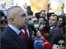 Předseda parlamentu Ilir Meta mluví k demonstrantům.