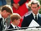 Princ William, jeho bratr Harry a otec Charles na pohřbu princezny Diany (6.