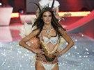 Alessandra Ambrosio na přehlídce Victoria's Secret (13. listopadu 2013)
