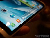 Koncept smartphonu od Samsungu se zakulaceným trojstranným displejem