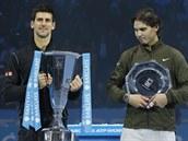 �AMPION A PORA�EN�. Fin�le Turnaje mistr� ovl�dl Novak Djokovi� (vlevo). Rafael...