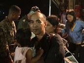 Evakuovan� Filip�nci vystupuj� z americk�ho letounu na leti�ti v Manile