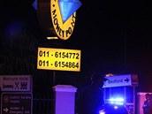 Jihoafrická policie před obchodem v Johannesburgu, ve kterém vybuchla bomba.