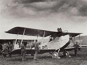 Pra�sk� leti�t� Kbely a bratislavsk� leti�t� Vajnory byly stanice prvn� linky �SA. Jednosm�rn� letenka st�la v po��te�n�m obdob� 160 korun, cena pro zam�stnance ve st�tn�ch slu�b�ch byla 100 korun. Na fotografii je Aero A.14 L-BARG (i kdy� to tak nevypad�) na leti�ti Vajnory. Bran��ky byly na prvn� pohled archaick� stroje a pro dopravn� ��ely pouze nouzov� upraven�, nesly v�ak na sv�ch k��dlech hlavn� t�hu provozu �SA je�t� v roce 1925.