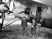 Cestující vystupují z Avie F.IXD. Zřetelná jsou lanka řízení, horní a spodní od...