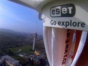 Pohled z kamery GoProna palub� Dropionu krátce po startu. Vid�t je budova �HMÚ.