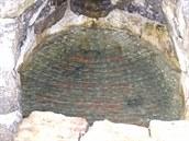 Po vyčištění a rekonstrukci studánky je krásně vidět její dno vyložené cihlami.