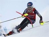 NA TRATI. Americká lyžařka Mikaela Shiffrinová si to sviští pro vítězství v závodě Světového poháru v Levi.