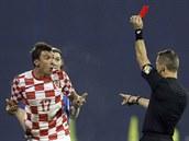 PROČ? Chorvatský útočník Mario Mandzukič se diví, proč mu rozhodčí Bjorn...