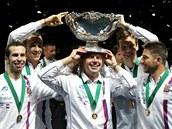 LEGR�CKY. Vladim�r �afa��k s trofej� pro v�t�ze Davis Cupu na hlav�, kolem n�j...