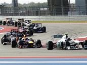 HAD JEZDC�. Lewis Hamilton vede peloton voz� ve Velké cen� USA.
