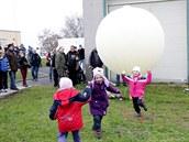 Heliem naplněný balón se stal mezi některými účastnicemi nečekaně populární...