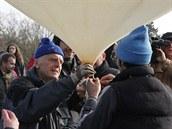 Pavel Žárský kontroluje pevnost uzlů.