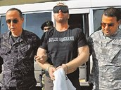 Jiří Štěpánek (uprostřed) po zatčení v Dominikánské republice v říjnu 2012.