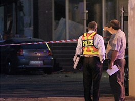 Policie na místě výbuchu před obchodem se zlatem a šperky v Johanesburgu. Podle