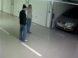 Dvojice mužů, co z garáží v Lovosické ulici odcizila Volkswagen Sharan