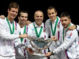 S TROFEJÍ. Tomáš Berdych, Radek Štěpánek, Vladimír Šafařík,  Lukáš Rosol a Jan Hájek  s mísou pro vítěze Davis Cupu.