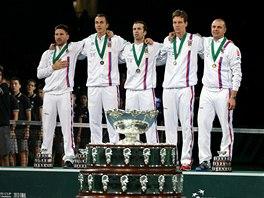HYMNA A TROFEJ. Jan Hájek, Lukáš Rosol, Radek Štěpánek, Tomáš Berdych a Vladimír Šafařík při slavnostním ceremoniálu po triumfu v Davis Cupu.