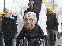 Centrem Prahy v ned�li 17. listopadu pro�el i recesistick� pr�vod. Mu� s maskou...