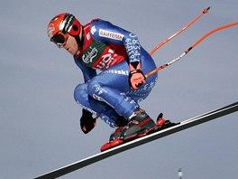 Švýcar Didier Cuche na Russiho skoku při tréninku na Světovém poháru -...